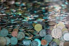 从各种各样的国家的许多硬币 库存照片