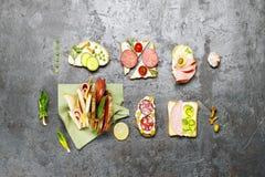 从各种各样的成份的三明治灰色凝结面上 顶视图 免版税图库摄影