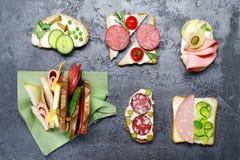 从各种各样的成份的三明治灰色凝结面上 顶视图 图库摄影
