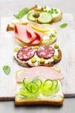 从各种各样的成份的三明治轻的土气表面上 免版税库存图片