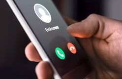 从后未知数的电话在晚上 诈欺,欺骗或者phishing与智能手机概念 胡闹访问者、scammer或者陌生人 免版税图库摄影