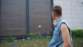 从后面看牛仔裤夹克的走在街道上的男人和妇女 股票录像