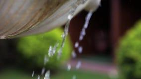 从向下喷泉的一个碗的下落滴水 股票录像