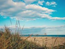 从含沙黑海海滩的一个看法到桥梁在Bourgas,保加利亚 库存照片