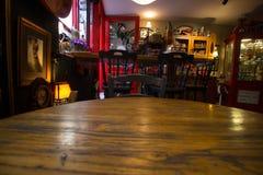 从咖啡桌的看法,看对出口,通过观看倒空咖啡桌-顾客透视 库存图片