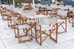 从咖啡馆的几把木亚麻制椅子 图库摄影