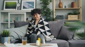 从咳嗽冷的疾病的女生痛苦在家接触喉头 股票录像