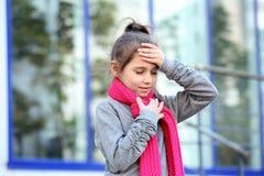 从咳嗽和头疼的女孩痛苦 库存图片