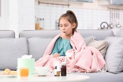 从咳嗽和寒冷的女孩痛苦 免版税库存照片