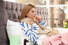 从咳嗽和寒冷的妇女痛苦 库存图片