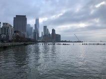 从哈得逊河的看法曼哈顿堤防和摩天大楼的在日落的纽约 免版税库存图片