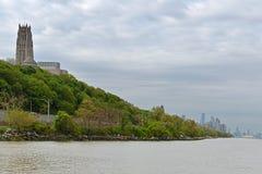 从哈得逊河的看法河滨教堂和河沿公园的,在距离中间地区 纽约,美国 免版税库存照片