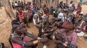 从哈马尔部落的未认出的人在地方村庄市场上在埃塞俄比亚 免版税库存照片