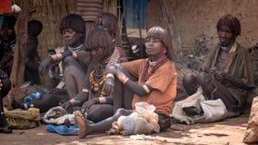 从哈马尔部落的未认出的妇女在地方村庄市场上在埃塞俄比亚 图库摄影