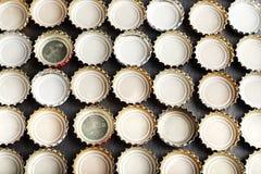 从啤酒背景的很多盖子 免版税库存图片