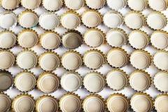 从啤酒背景的很多盖子 免版税库存照片