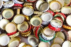 从啤酒背景的很多盖子 库存照片