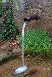 从喷泉出来的自然水 免版税库存图片