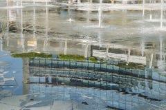 从喷泉水的反射在Gael Aulenti广场,米兰,伦巴第,意大利 免版税库存照片
