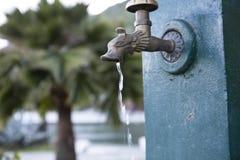从喷泉的龙头水滴 免版税库存照片