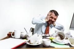 从噪声的年轻人痛苦在办公室 图库摄影