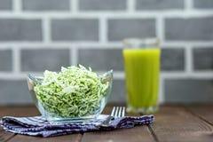 从圆白菜和草本的沙拉在一个玻璃碗 汁液 作为背景诱饵概念美元灰色吊异常分支 免版税图库摄影