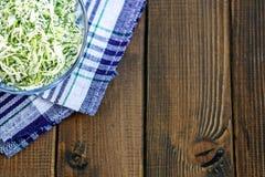 从圆白菜和草本的沙拉在一个玻璃碗 顶视图 浓缩 免版税库存图片