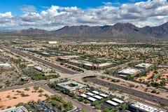 从圈101高速公路上的风景麦道威尔山在斯科茨代尔,亚利桑那 图库摄影