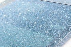 从土和尘土的极端肮脏的汽车挡风玻璃玻璃接近与选择聚焦 库存照片
