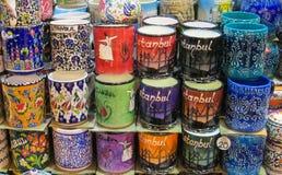 从土耳其市场的五颜六色的纪念品杯子 免版税库存照片