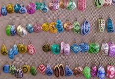 从土耳其市场的五颜六色的纪念品耳环 库存照片