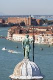 从圣乔治Maggiore教会的钟楼的看法Giudecca运河的,威尼斯,意大利 g 免版税库存图片