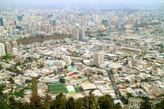 从圣克里斯托瓦尔小山顶看的圣地亚哥壮观的鸟瞰图,圣地亚哥,智利 免版税库存照片