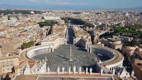 从圣彼得大教堂的顶端广场圣徒彼得罗 免版税图库摄影