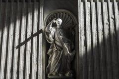 从圣皮特圣徒・彼得在传道者保罗的` s大教堂圆顶的阳光  库存照片