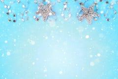 从圣诞树玩具的圣诞节构成 在蓝色背景的白色装饰 复制空间,舱内甲板位置,顶视图 库存照片