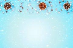 从圣诞树玩具的圣诞节构成 在蓝色背景的白色装饰 复制空间,舱内甲板位置,顶视图 免版税库存照片