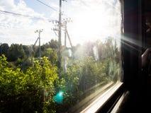 从在一个晴天,部分弄脏的,火车的窗口的看法 免版税库存图片