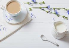 从在一个杯子的苦苣生茯喝在白色木桌上 免版税库存图片