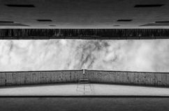 从在两个高城市大厦之间的轰鸣声看见的窄带多云天空 免版税库存照片