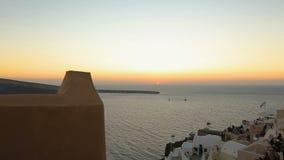 从在圣托里尼海岛上的Fira镇看的意想不到的日落,浪漫假期 股票视频