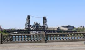 从在威拉米特河的Burnside桥梁看的波特兰地平线 库存照片