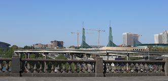 从在威拉米特河的Burnside桥梁看的波特兰地平线 库存图片