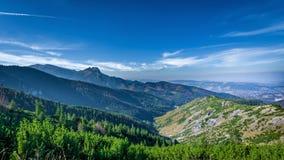 从在小丘污蔑之间的山峰Giewont Tatra 库存照片