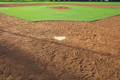 从在早晨光的本垒板观看的青年棒球场 免版税图库摄影