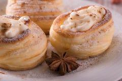 从在木板的凝乳酪填装的油酥点心的甜点心 库存照片