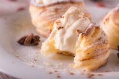 从在木板的凝乳酪填装的油酥点心的甜点心 免版税库存照片