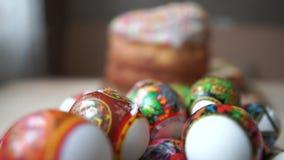 从在桌上说谎的复活节彩蛋的照相机移动到复活节 影视素材