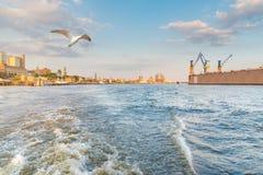 从在河易北河的一条小船看的汉堡都市风景在美丽的天空下 库存图片