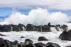 从在火山岩打破的波浪的美丽的三倍飞溅 库存图片